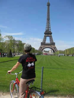 image-biking-by-the-eiffel-tower-paris-france