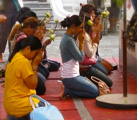 image-peaceful-prayer-at-wat-po-bangkok-thailand