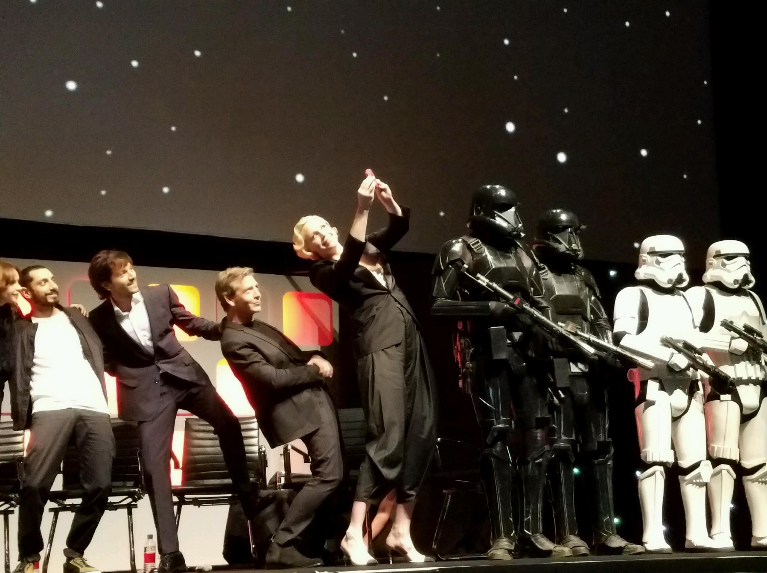 Sensational Suuper Star (Wars) Selfie. (I Love How The Stormtroopers Stay In